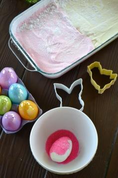 Decorating marshmallow eggs/Marshmallow in pan (www.mincedblog.com)