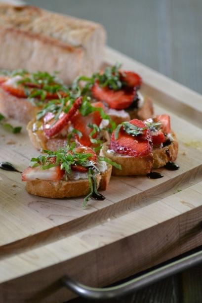 Strawberry, Goat Cheese & Basil Bruschetta (www.mincedblog.com)
